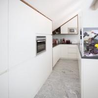 Kücheneinrichtung Hochglanz - Holz kombiniert